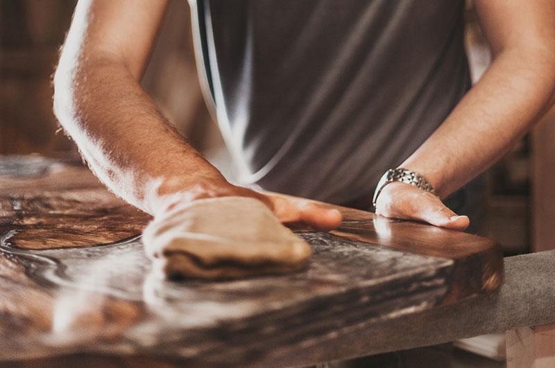 Foto eines Mannes, der lackiertes Holz poliert