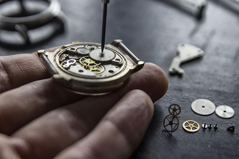 Foto von Uhrmacher, der ein Schräubchen eindreht